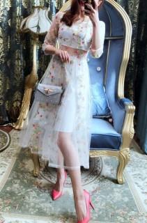 Moteriška nėriniuota suknelė