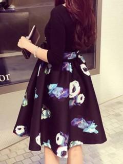 Suknelė su gėlėtu sijonu