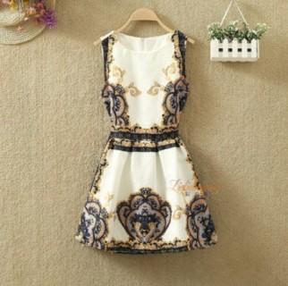 Trumpa retro stiliaus suknelė su dailiais ornamentais