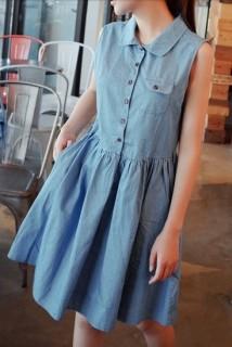stilinga, dirželiu sujuosiama suknelė