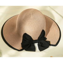 Elegantiška skrybėlė su kaspinu